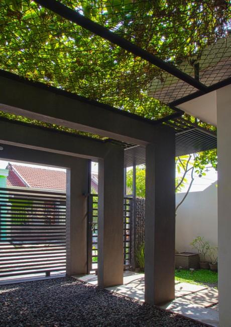 atap rangka carport dengan tanaman markisa (Rumah Surya Asri, Sidoarjo)